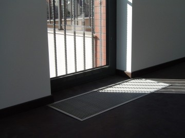 Poza Ventiloconvector de pardoseala RADOX RCF - exemplu de montaj la usi de balcon frantuzesc